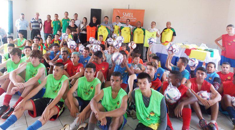 Vila Elisa recebe materiais esportivos